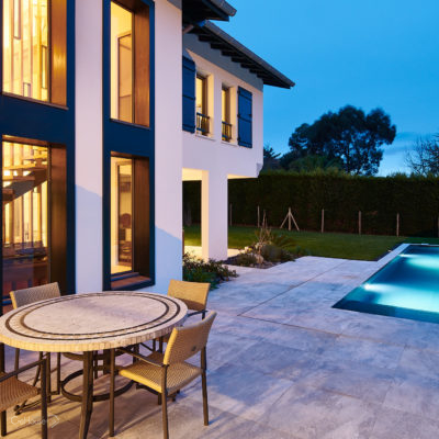 Réalisation d'une maison individuelle avec piscine à Arcangues au Pays Basque - Photo de nuit 7