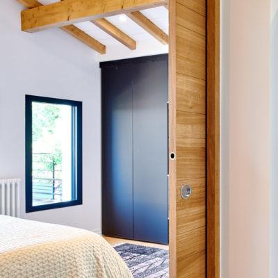 Zoom ^porte coulissante rénovation chambre maison Lahonce Pays Basque