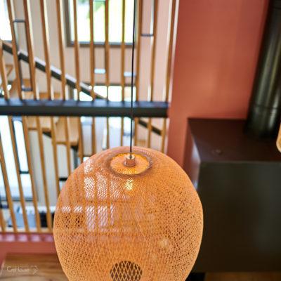 Luminaires Ay Illuminate, claustra et escalier