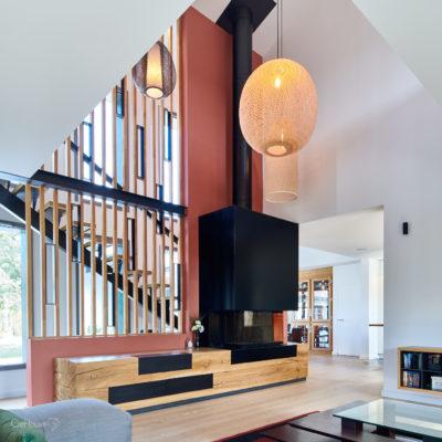 Réalisation d'un meuble et d'une cheminée sur-mesure avec un claustra
