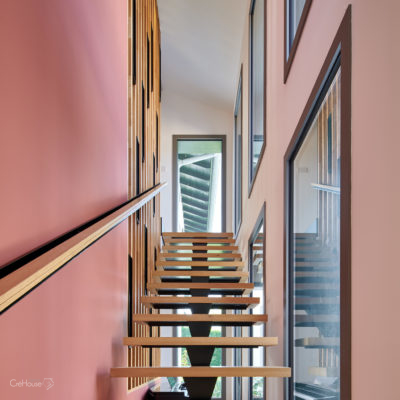 Escalier sur-mesure, claustra et pan de mur couleur terracotta