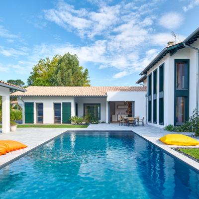 Extérieur de la maison avec piscine, terrasse, boulodrome et pool-house