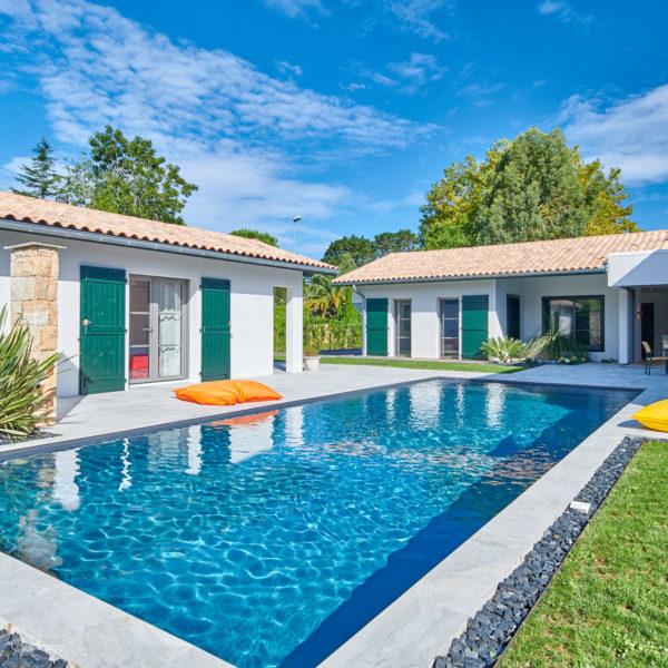 Extérieur de la maison avec piscine et pool-house