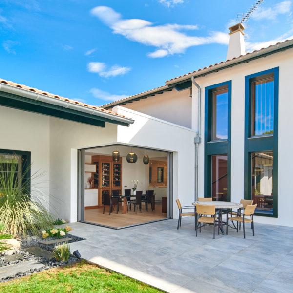 Extérieur de la maison avec terrasse et imbrication des volumes