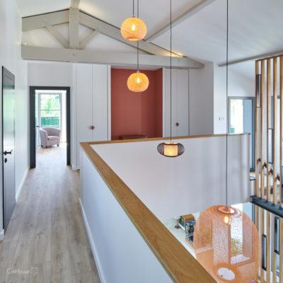 Etage de la maison avec luminaires Ay Illuminate, poutres et claustra