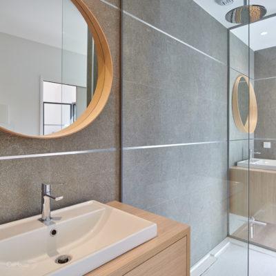 Salle de bain avec miroirs et doubles vasques