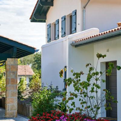 Exterieur de la maison avec jardin et entrée